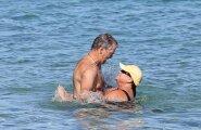 Pierce Brosnan abikaasa Keely Shaye Smithiga Hawaiil rannarõõme nautimas