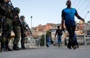 Brasiilia merejalaväelased valvavad iga mööduja sammu Rio de Janeiro Maré favela's.