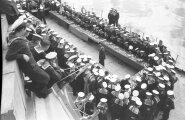 """Paul Keres viimas läbi 40 laual simultani meremeestega Balti laevastiku laeval """"Oktoobrirevolutsioon"""" 1946.aastal Tallinnas."""