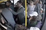 VIDEO: Autš! Bussis oma kroonjuveelidega liputanud pervert sai vihastelt naistelt keretäie tappa
