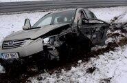 ФОТО И ВИДЕО DELFI: В Вильяндимаа столкнулись легковой автомобиль и фура