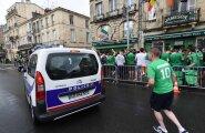 VIDEO: Iiri fännid panid karmid Prantsuse politseinikud lauluga kükitama