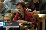 VIDEO: Mõtted juba suitsupausil? Ain Lutsepp toppis keset Riigikogu infotundi nikotiinipulkasid portsigarisse