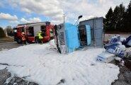FOTOD ja VIDEO SÜNDMUSKOHALT: Viljandimaal paiskus turbakoormaga veok maanteele külili