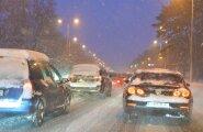 ФОТО: Снегопад осложняет дорожное движение в Таллинне