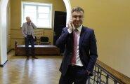 Reformierakonna juht Taavi Rõivas oli mõni minut enne hääletuse algust kindel, et kokkulepe peab. Ei pidanud ja Rõivase enda partei- ja valitsusjuhi tool hakkas kõvemini kõikuma.