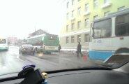 ФОТО: В центре Таллинна автомобиль столкнулся с автобусом