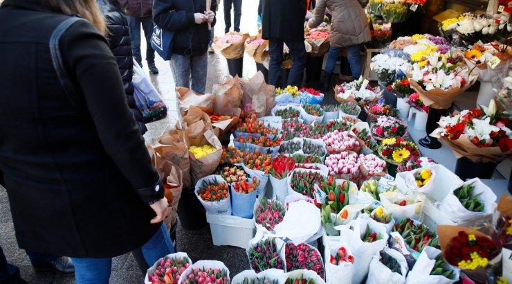62cb47d6997 Täna tähistatakse naistepäev. Eestis seostame seda eelkõige lillede ja  kommide kinkimisega. Seda tõestab ka juuresolev galerii, millest näeme  inimhorde, ...