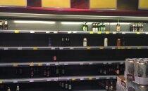 VAATA | Janused pidulised tassisid Kadrioru kaupluste alkoholiletid enne Guns N' Roses'i kontserti jookidest tilgatumaks