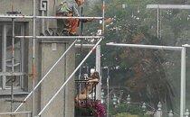 FOTOD | Tallinna kesklinnas nautis porgandpaljas naine värsket õhku ja poseeris julgelt õnnelikele töömeestele