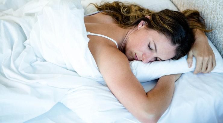 Eksperdid on rääkinud: selles levinud poosis magamine on tegelikult väga kahjulik