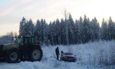 FOTOD: Traktor tõmbas välja Põltsamaa vallas kraavi sõitnud Citroeni