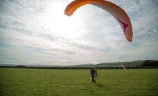 VIDEO JA FOTOD: Inglanna lendab luikede toetuseks tiibvarjuga läbi 11 riigi