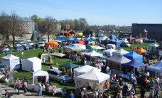 Посетители и торговцы Нарвской летней ярмарки встречаются в зоне отдыха Йоаору