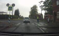LUGEJA VIDEO: Vanem daam ja politseinik ülekäigurajal ei pane autot liikluseeskirju täitma