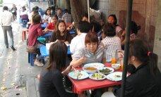 Puhastus Tais pühib toiduäri tänavailt