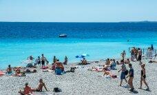 Пенсионер на машине врезался в толпу туристов на турецком пляже