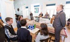 FOTOD: Siim Kallas ja teised mälumängulegendid käisid koolinoorte teadmisi testimas
