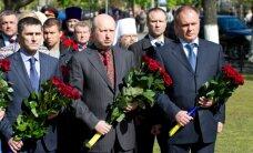 Все президенты Украины, кроме Януковича, возложили венки к вечному огню