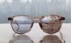 FOTO: Yoko Ono näitas relvavastase protesti märgiks John Lennoni veriseid prille