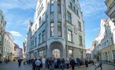 ФОТО DELFI: У посольства РФ в Таллинне избиратели выстроились в длинную очередь