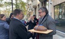 VIDEO   Põllumehed kinkisid Ratasele Brüsselis leiva, aga veerandi suuruse kääru lõikasid ära!
