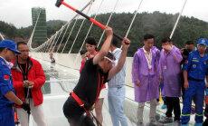 Проверка на прочность: как в Китае попытались разбить самый длинный стеклянный мост через пропасть
