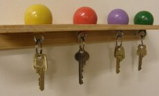Seinale kinnitatud riiul võtmete hoidmiseks.