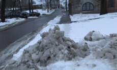 FOTO: Tänavapuhastaja otsustas kõnnitee lumevalliga blokeerida – rahvas käigu sõiduteel!