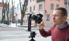 Artjom Troitski pildistab Tallinna ülikooli esist.