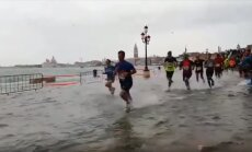 ВИДЕО. Бегом по воде: в затопленной Венеции прошел ежегодный марафон