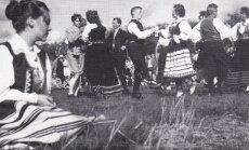 Stockholmi rahvatantsurühm(hilisem Kassari) tantsib 1956. aastal Ängelholmis skautide III suurlaagris.