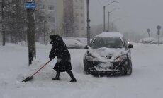 VIDEO: Kuidas suhtuvad kõrgetesse lumehangedesse autoga suusatama tulnud inimesed?