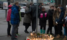 Klassikaaslased käisid eile hommikul Vabaduse puiesteel mälestamas liiklusõnnetuses hukkunud Pääsküla gümnaasiumi poissi. Kohal olid ka poisi vanemad. Eile selgus ka, et 13-aastase lapse alla ajanud veokijuht oli kaine.