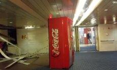 """ВИДЕО: Во время шторма по парому """"летали"""" тяжелые автоматы по выдаче напитков"""