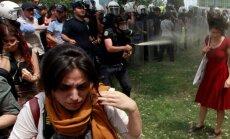 2013. aastal Taksimi väljakul toimunud rahutuste sümboliks sai noor naine, keda politseinik ründab pisargaasiga. Just noored naised on Türgi ühiskonna tuleviku pärast kõige rohkem mures, ütleb Burhan Sönmez.