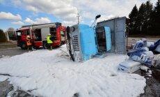 ФОТО и ВИДЕО: В Вильяндимаа перевернулся грузовик с торфом