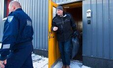 PÄÄSES ROOTSI KARDINATE TAGANT: Allan Kiil jaanuaris arestimaja uksest välja astumas.