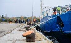 FOTOD: Heltermaa sadamas valitseb vaikus enne tormi, ainult kümmekond autot jäi kaile