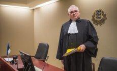 """Kohtunik Andrus Miilaste tõdeb, et1990. aastatel ei olnud kohtuotsused nii pikad ja lohisevad kui nüüdisajal. Ka advokaadid kirjutavad tema sõnul tänapäeval palju: hagiavaldused on 20 lehekülge pikad. """"Loe nagu novelli!"""" rõhutab Miilaste."""