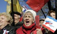 Fotograafide vaatavälja satuvad aga Krimmis sellised pensionärid, kelle meelest tasub uue võimu kiituseks lippe lehvitada.