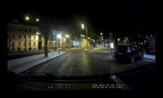 VIDEO: Vaata hetke, mil roostetanud tänavapost Pärnu maanteele kukub