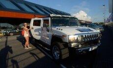 FOTOD: Fännitervitus ja luksusmaastur! Vene megastaar Julia Volkova jõudis Tallinnasse