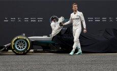 Mercedese mehed hooaja hakul uue auto esitlusel. Nico Rosberg ongi jäänud esi- ja Lewis Hamilton tagaplaanile.