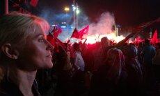MEIE NAINE ISTANBULIS: kui viimasel nädalal pea igal ööl on HilleHanso (pildil) Taksimi väljakul käinud vaatamas valitseva Õigluse jaArengu partei demokraatiapidusi (samuti pildil), siis 24. juulivarasel õhtutunnil lasti  Taksimi väljakul meelt avaldada k