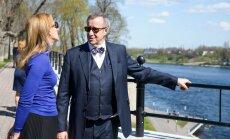 Toomas Hendrik Ilves ja Ieva Ilves prominaadil Narvas