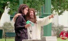 VIDEO: Oh sa pühade vahe! Juhuslik Jeesus muudab vee veiniks ning jahmatab kergeusklikel suu ammuli