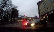 LUGEJA VIDEO: autojuht tegi julge pressi kahe auto vahelt ja sooritas pöörde üle pidevjoonte