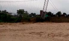 Видео: Огромный подвесной мост упал в реку в Непале
