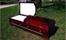 Raplas tehakse mööblit viimseks teekonnaks: mõni tellib kirstu lavalaudadele, teine ostab juba mitu aastat enne surma valmis